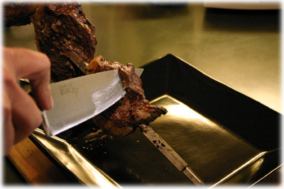 slicing grilled picanha
